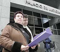 Los representantes de Aukera Guztiak presentan las listas en el juzgado. (EL MUNDO)