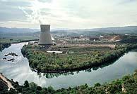 El río Ebro, a su paso por la central de Ascó. (Foto: EL MUNDO)