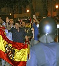 Un agente antidisturbios vigila a los manifestantes. (Foto: Julián Jaén)