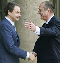 Chirac recibe a Zapatero a su llegada al Eliseo. (Foto: AP)