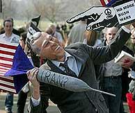 Una manifestante contra la guerra de Irak en Londres. (REUTERS)