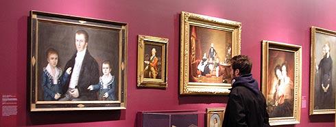 Un visitante del Brooklyn observa la obra 'intrusa' (segundo izda.), junto a otros lienzos. (Foto: REUTERS)