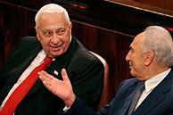 Sharon y Peres en la votación del Parlamento. (Foto: Reuters)