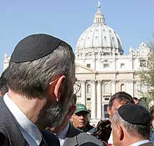 Judíos, en la Plaza de San Pedro. (Foto: AP)