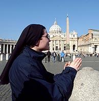 Una religiosa, en la Plaza de San Pedro, esta mañana. (Foto: EFE)