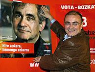 Javier Madrazo esta noche durante la pegada de carteles. (Foto: EFE)