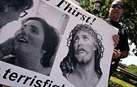 Uno de los manifestantes muestra un cartel con la foto de Schiavo. (Foto: REUTERS)
