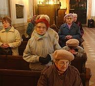 Fieles polacos piden por el Papa en una iglesia de su localidad natal, Wadowice. (Foto: AP)