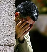 Un hombre reza en la Iglesia del Santo Sepulcro de Jerusalén, donde los cristianos creen enterrado a Jesús. (Foto: AP)