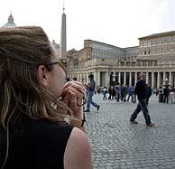 Una joven mira al apartamento del Pontífice. (Foto: AP)