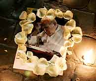 Miles de fieles recuerdan a Juan Pablo II en la Plaza de San Pedro. (Foto: REUTERS)