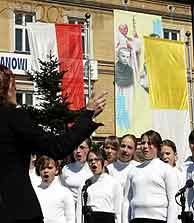 Las banderas polacas delatan a los compatriotas de Juan Pablo II. (Foto: AP)