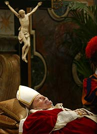 El cadáver del Papa, en la Santa Sede. (Foto: REUTERS)