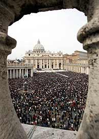 La plaza de San Pedro del Vaticano, abarrotada por los fieles. (Foto: AP)