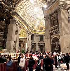 Miles de fieles pasan por la capilla ardiente. (Foto: REUTERS)