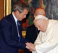 Bush, en su visita al Papa en mayo de 2002. (Foto: EFE)