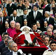 El Papa ha sido llevado entre los fieles. (Foto: REUTERS)