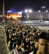Miles de fieles esperan en la cola para ver a Juan Pablo II. (REUTERS)