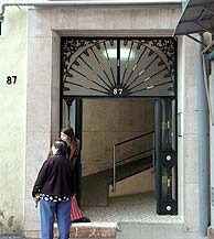 Portal de la vivienda donde se han producido los hechos. (Foto: EFE)