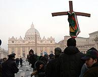 Algunos de los fieles que quieren despedir al Papa. (Foto: AP)