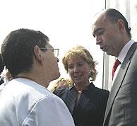 Manuel Lamela conversa con un médico en el hospital de La Paz. (Foto: J. JAÉN)