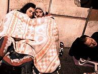 Peregrinos duermen en la calle a la espera de acceder a la capilla ardiente. (Foto: EFE)