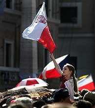 Una joven enarbola la bandera polaca en la Plaza del Vaticano. (Foto: Reuters)