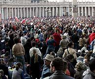 Miles de peregrinos en la Plaza de San Pedro para asistir al funeral. (Foto: EFE)