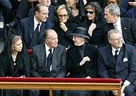 Los reyes de España y de Dinamarca, delante de Chirac, Bush y sus esposas. (Foto: AFP)