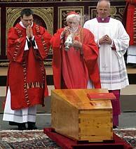 Ratzinger, en la despedida del féretro, al final del funeral.