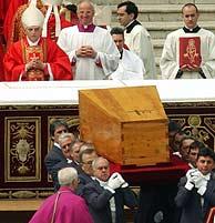 Ratzinger mira cómo los silleros retiran el féretro de Juan Pablo II. (Foto: AP)