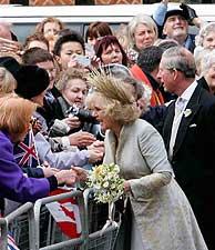 La pareja recibe felicitaciones. (Foto: AP) VEA MÁS IMÁGENES