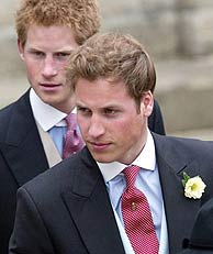 Guillermo y Enrique, muy elegantes con fracs como los de su padre. (Foto: AP)