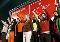 Los candidatos del PCTV cantan el 'Eusko Gudariak' con el puño el alto durante su primer mitin. (Foto: EFE)