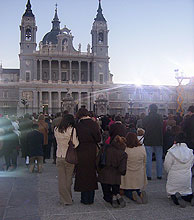 Feligreses siguen la ceremonia desde el patio de Armas del Palacio Real. (Foto: M.J. Llerena)