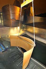 Una grúa deposita una de las piezas, de unas 35 toneladas de peso, de la escultura de Serra. (Foto: EFE)
