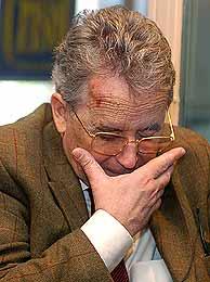 El historiador Santos Juliá, tras ser agredido. (Foto: EFE)