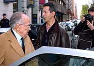 Carrillo sale de la liberría tras el intento de agresión. (Foto: EFE)