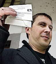 Otegi muestra la papeleta del PCTV. (Foto: EFE)