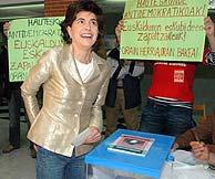 María San Gil, en el colegio electoral donde ha votado. (Foto: EFE)