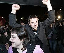 Otegi celebra los resultados del PCTV con la candidata Aranburu. (Foto: Mitxi)