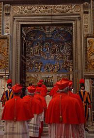 Los cardenales accediendo a la Capilla Sixtina. (Foto: AP)
