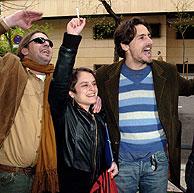 Un grupo de familiares de desaparecidos, entre ellos el actor Juan Diego Botto, celebra el fallo en la puerta de la Audiencia. (Foto: EFE)