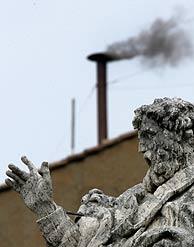 El humo saliendo de la Capilla Sixtina. (Foto: AP)
