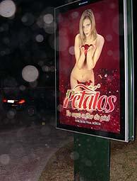 Un 'mupi' con un cartel publicitario del club.
