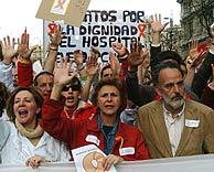 El destituido responsable de Urgencias de Leganés, Luis Montes (derecha), en la manifestación. (Foto: EFE)