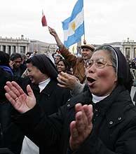 Una monja celebra la elección de Ratzinger como nuevo Papa. (Foto: REUTERS)