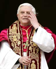 Ratzinger, en el balcón del Vaticano. (Foto: AP)