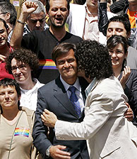 Pedro Zerolo besa al ministro de Justicia. (Foto: REUTERS)