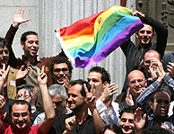 Un grupo de personas celebra la decisión del Congreso. (Foto: EFE)